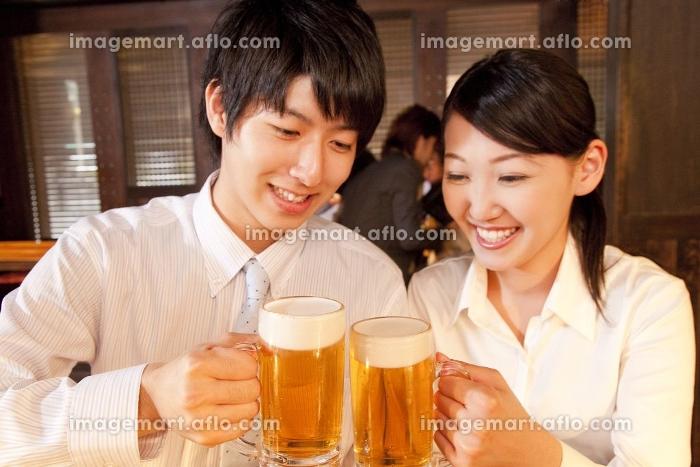 ビールで乾杯をするビジネスマン