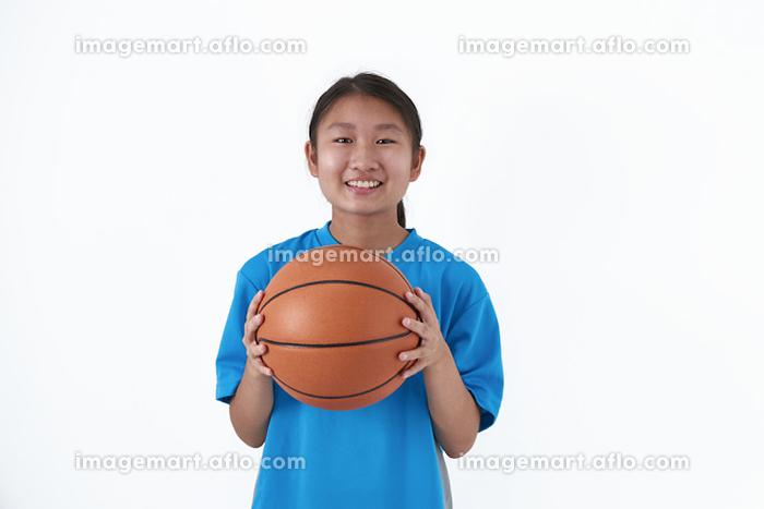 バスケットボールを持つ日本人中学生の販売画像