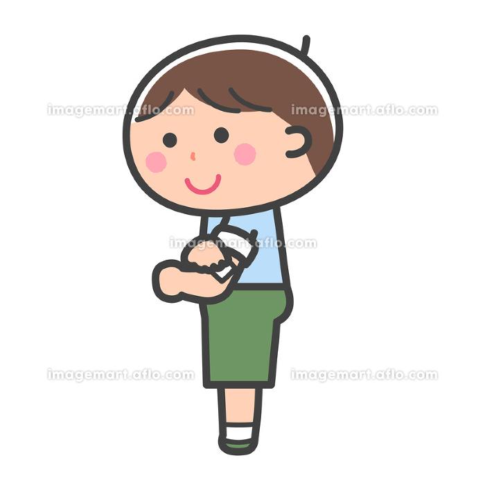 予防接種/注射のあと腕を押さえる男の子/線ありの販売画像