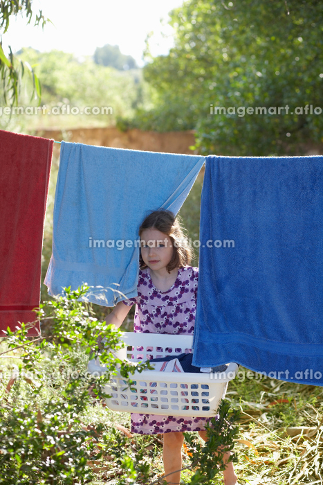 Young girl carrying the washingの販売画像