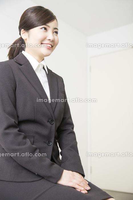 面接をする女性の販売画像