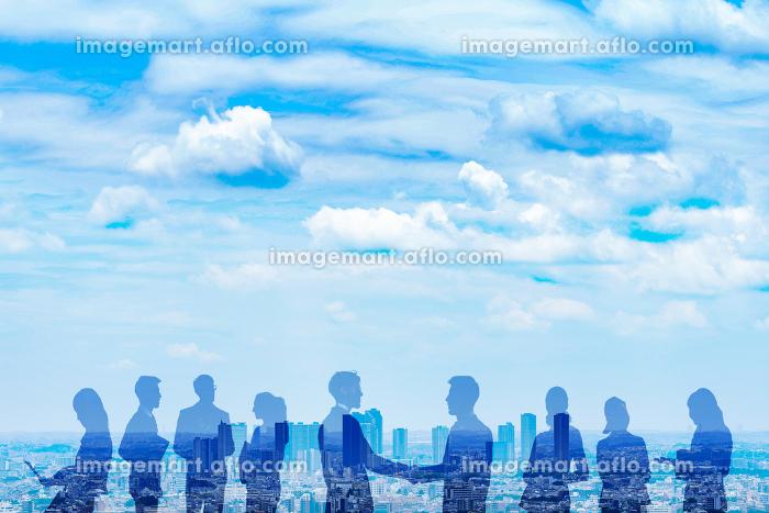 さまざまなビジネスマンと都市の合成写真の販売画像