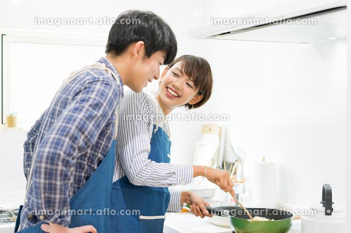 楽しい料理風景(カップル・夫婦)の販売画像