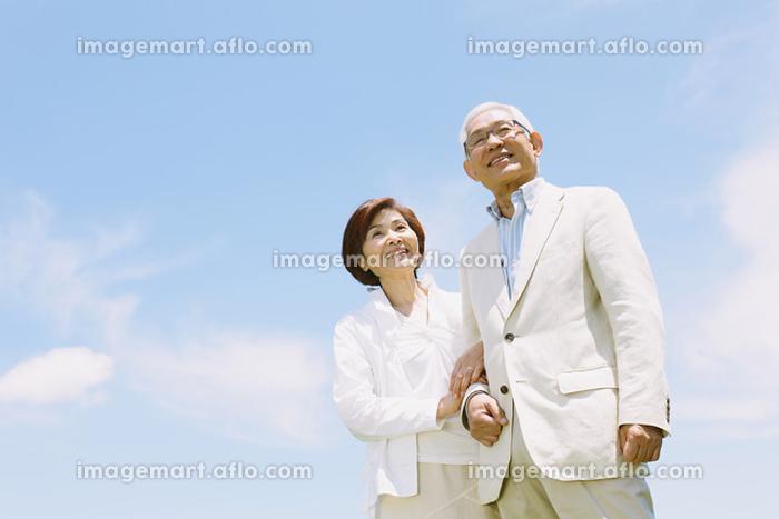 空とシニア夫婦の販売画像