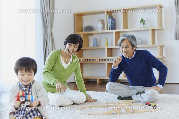 孫と遊ぶ祖父母の販売画像