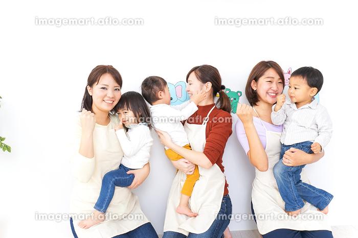 おばあちゃんと家で遊ぶ子供の販売画像