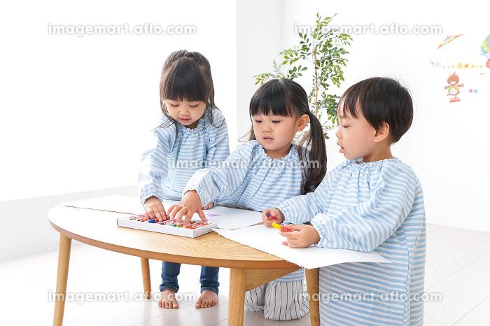 幼稚園でお絵かきをする子どもの販売画像