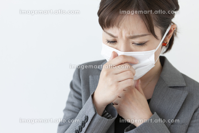 咳き込むビジネスウーマン