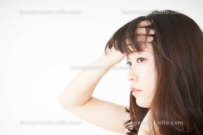 風邪で発熱した若い女性の販売画像