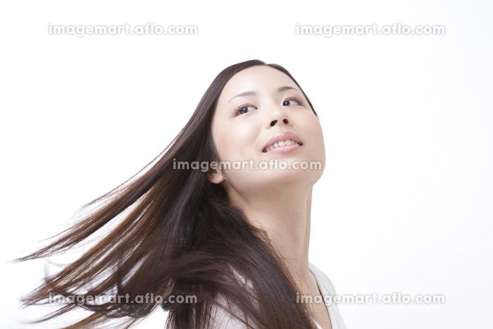 髪をなびかせる女性の販売画像