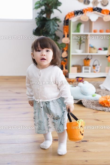 ハロウィンの飾りつけをした部屋の女の子の販売画像