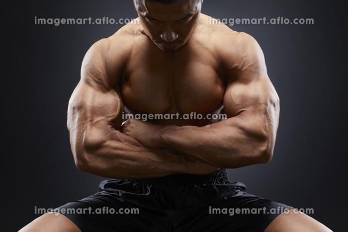 腕を組むボディビルダーの販売画像