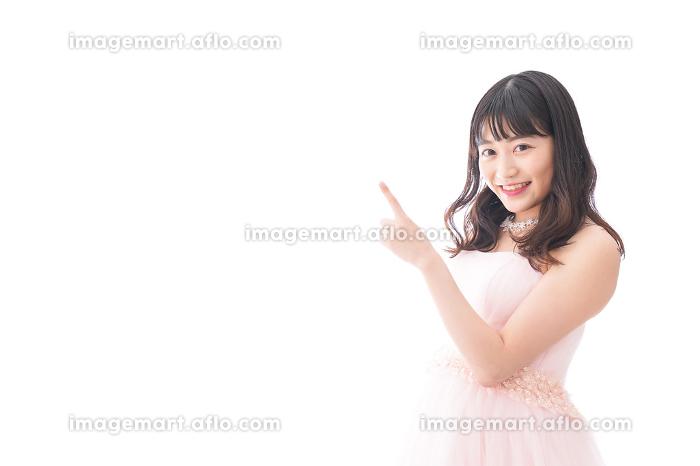 ポイントを指差す若い花嫁の販売画像