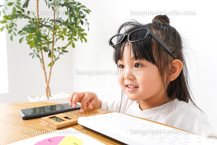 デスクワークをする子どもビジネスウーマンの販売画像