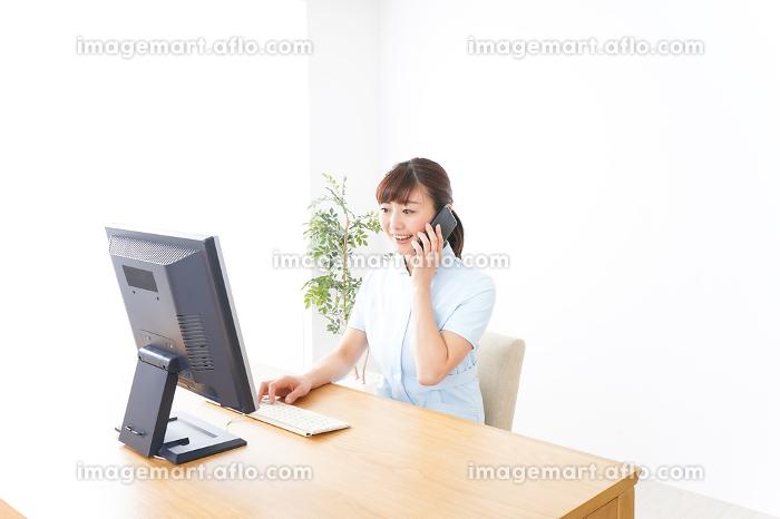 デスクワークをする看護師の販売画像