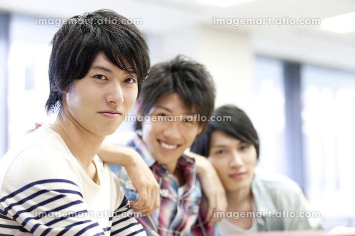 笑顔の男子大学生