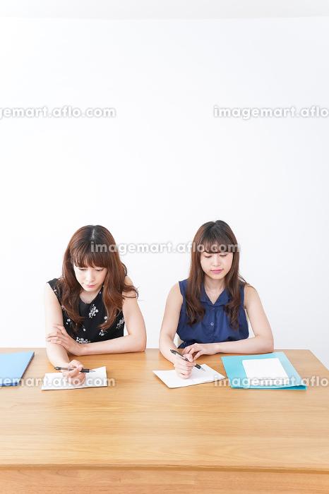 勉強する2人の女性の販売画像