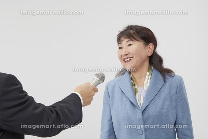 インタビュー中の日本人女性