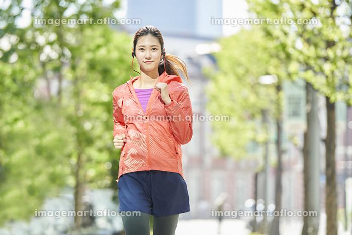 ランニングをする日本人女性の販売画像
