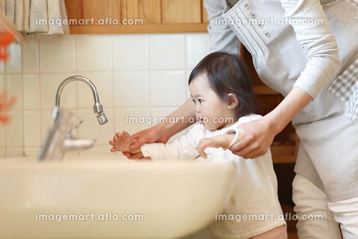 手を洗う保育園児