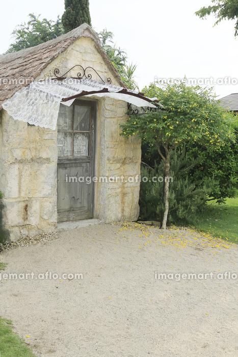春のガーデンと小さな小屋