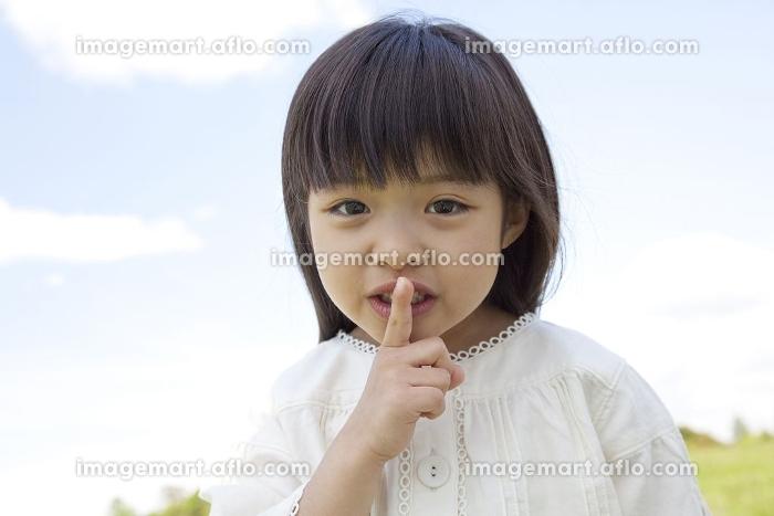 口の前で人差し指を立てる女の子の販売画像