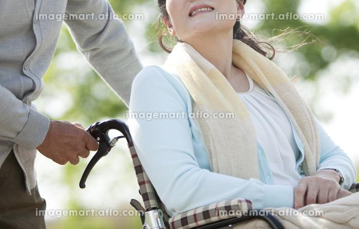 車いすに乗るシニア女性