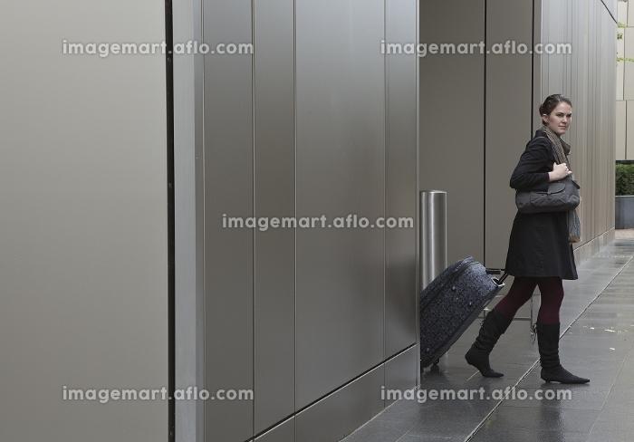 ビジネスパーソンが行き来するオフィスの販売画像