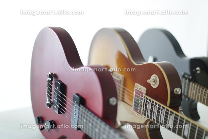 ピントの柔らかい明るいエレキギターのアップの写真の販売画像