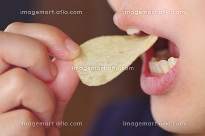 ポテトチップスを食べる人 女性の販売画像