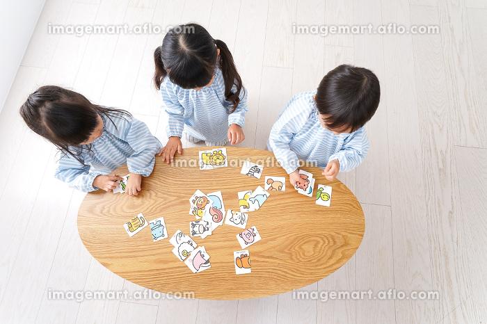 幼稚園で遊ぶ子供の販売画像