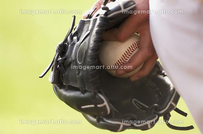 ボールを持つキャッチャーの手元の販売画像