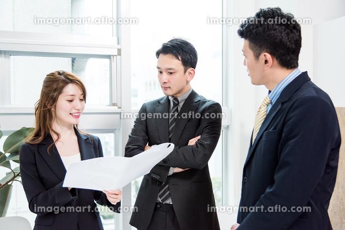 3名の会議・真剣・紙の資料の販売画像