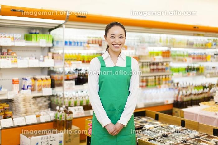 スーパーの女性店員