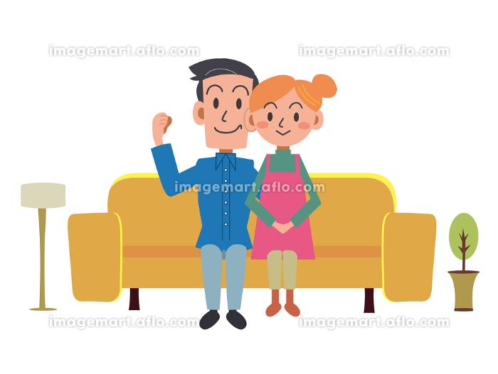 自宅のソファーでくつろぐ仲良し夫婦の販売画像
