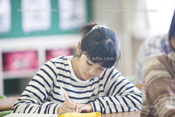 小学生の授業風景の販売画像
