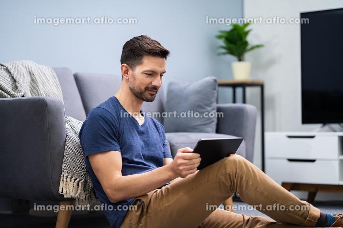 Man Using Digital Tabletの販売画像