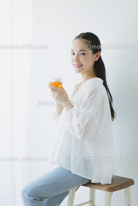 紅茶を飲む日本人女性の販売画像
