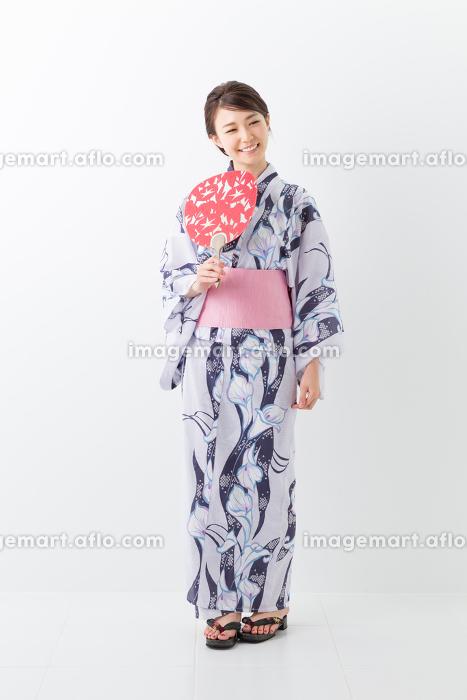 浴衣を着た女性 うちわ 全身の販売画像