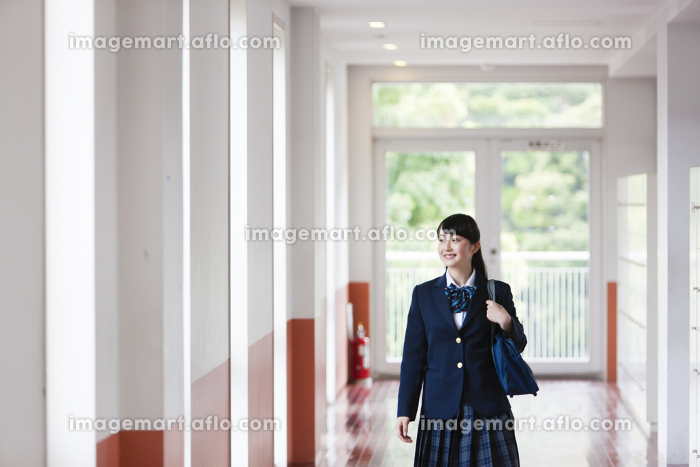 廊下を歩く女子高生の販売画像