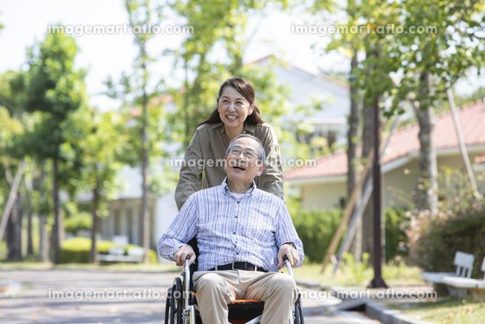 車椅子で出かけるシニア