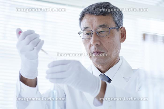 試験管を持つ研究員