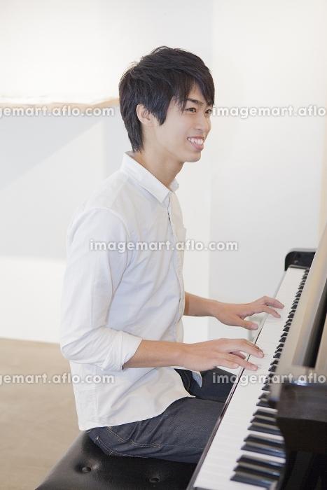 ピアノを弾く男性