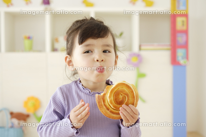 パンを食べるハーフの子供の販売画像