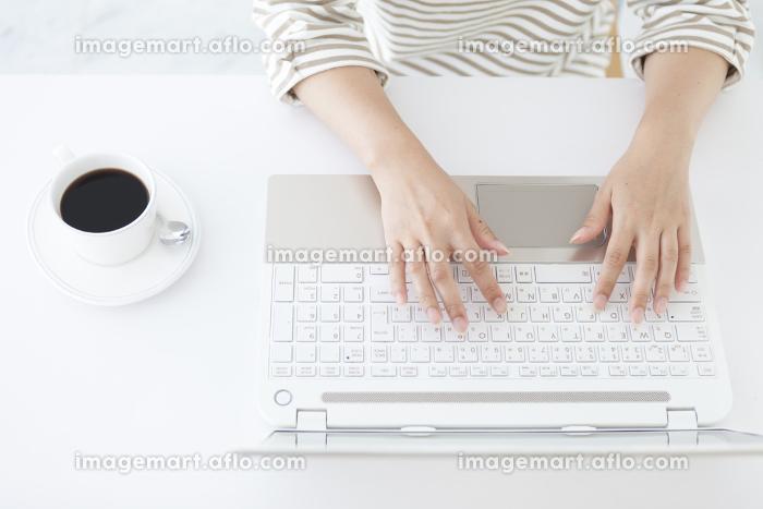 パソコンを操作する日本人女性の手元