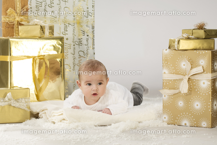 baby with christmas parcelsの販売画像