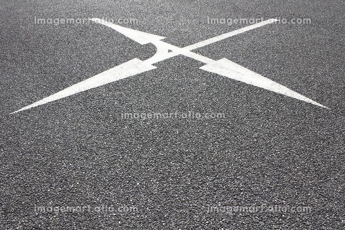 平面駐車場の進路案内矢印