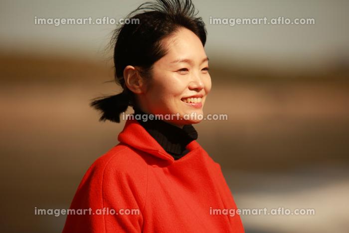 海を眺める女性の販売画像
