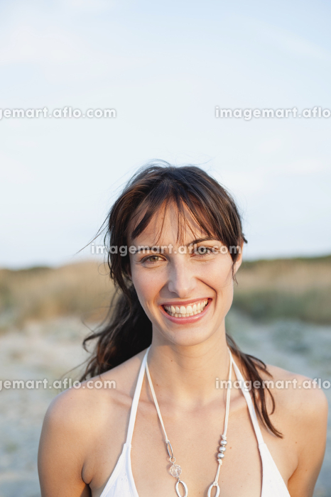 woman smiling at viewerの販売画像