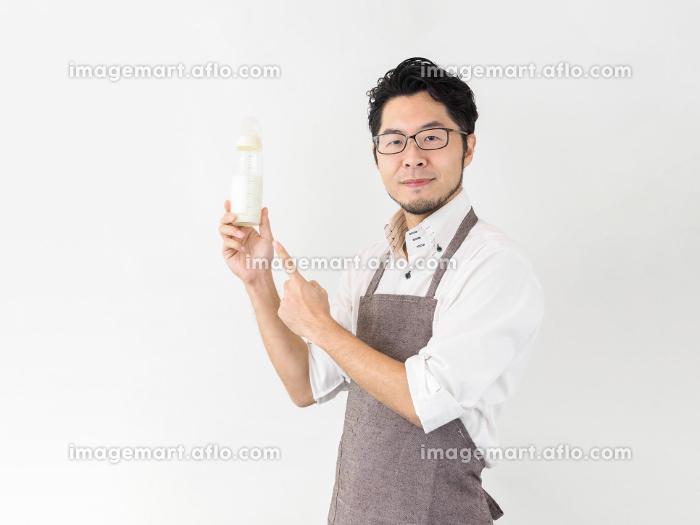 哺乳瓶を持つ男性のイメージの販売画像